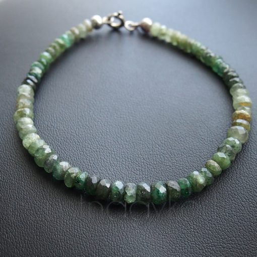 Smaragd fűzött karkötő ezüst zárszerkezettel