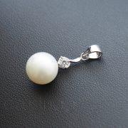 Tenyésztett gyöngy medál cirkónai kővel