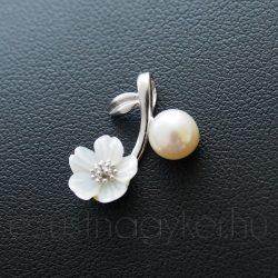 Tenyésztett gyöngy medál gyöngyházból faragott virággal