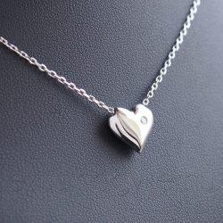 Domború szív cirkónai kővel, nyakláncon